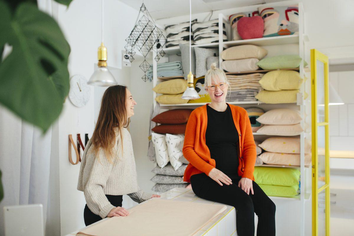 To damer jobber i tekstilbutikk