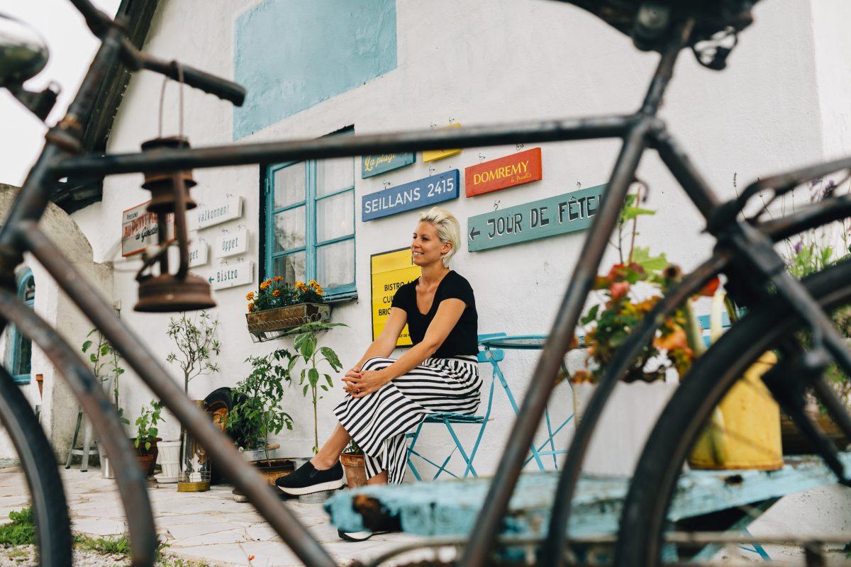 Kvinne med cafébord i Frankrike