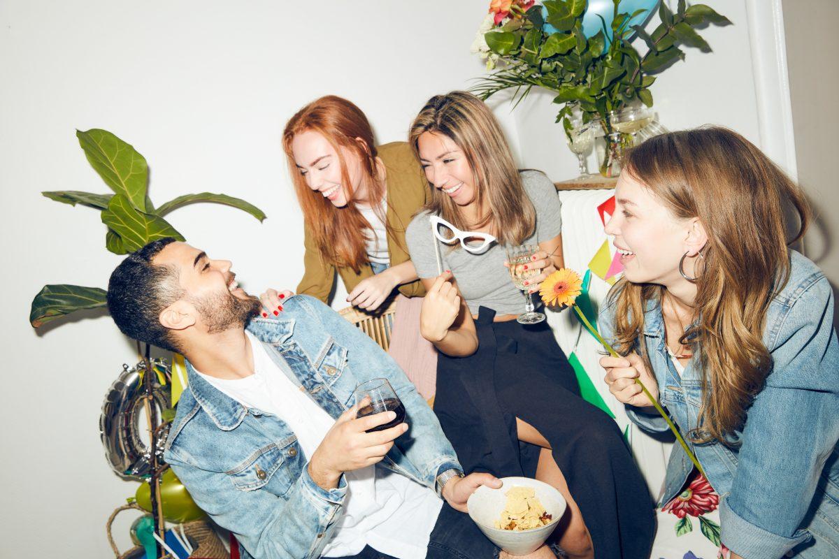 Smilende unge mennesker på fest