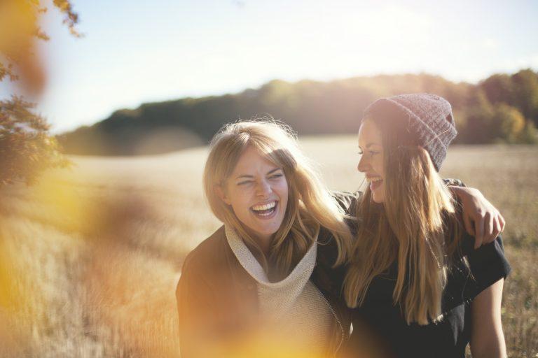 Damer som ler - Åker i bakgrunnen