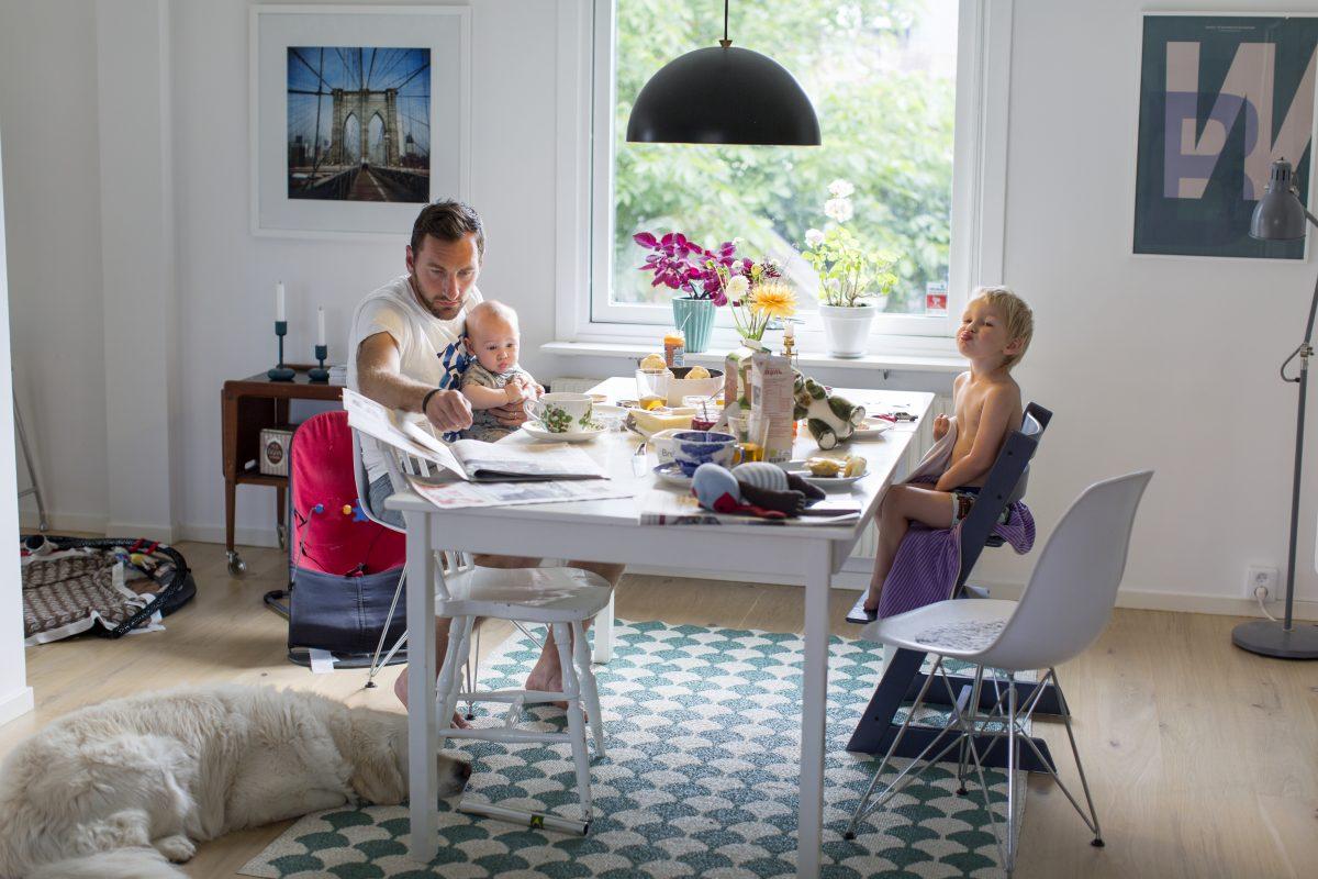 Far og barn rundt frokostbordet