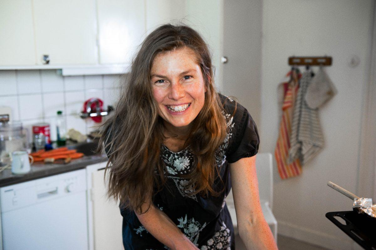 kvinne-på-kjøkken-smiler